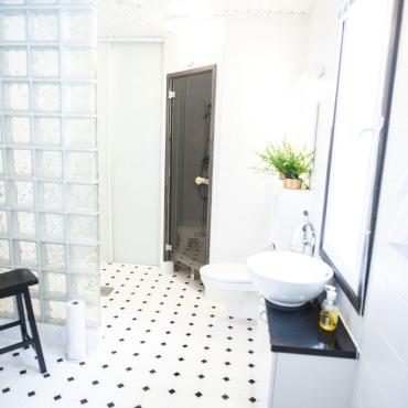 Vieraiden käytössä on moderni sauna ja kylpyhuone.