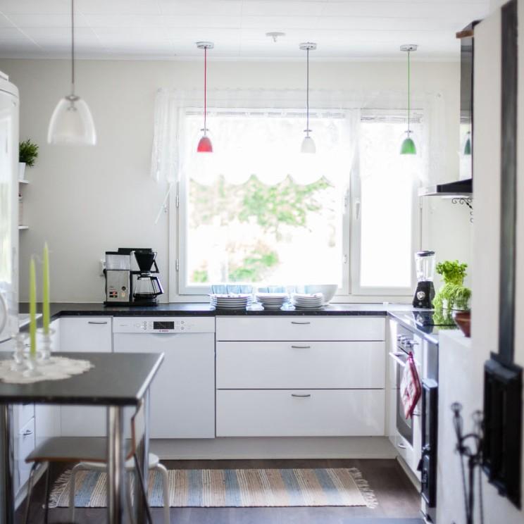 Hyvin varusteltu keittiö on vieraiden käytössä.